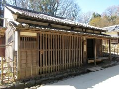 井岡家住宅 奈良市から移築された商家だった古民家です。商いをする店が通りに面しているのが特徴で、奥に畳敷きの台所と座敷があります。入口に油と書かれた看板が掛かっています。