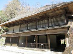 鈴木家住宅 福島県から移築された、19世紀初めに建てられた馬を連れた客が宿泊できる旅籠で、土間内は14頭の馬が収容できるように造られています。名馬の産地だった東北地方で馬の市が開かれた際に、馬の仲買人がしばしば宿泊したそうです。稲作、養蚕、醤油や味噌の醸造などでも財を成した農家です。