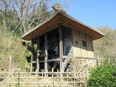 水車小屋 19世紀中ごろ、長野市の山間の村に造られていた水車小屋です。小屋の外に大きな水車が回っていて、小屋の中には碾き臼、搗き臼、わらうちのための杵が設置されています。当時は村の中に同じような水車小屋が30基ほどあったとのことです。村では麦や米を栽培し、水車を使って加工していたことから、水車が生活の一部になっていたことがわかる小屋です。