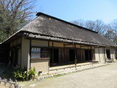 佐々木家住宅 国の重要文化財に指定されている、290年ほど前に建てられた古民家です。千曲川の氾濫から家を守るために移築されたそうです。茅葺屋根の平屋造りですが、建物内は広く細長い造りになっていて客室もあり、客用座敷にはお客様用の風呂やトイレが設置されています。トイレには畳も敷かれていて、身分が高い裕福な農家だったことがわかる古民家です。