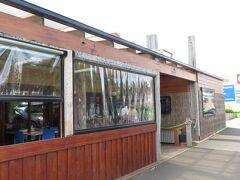 12ロックスビーチバーカフェというお店を見つけて、そこで食事。