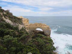 グレートオーシャンロードをさらに西に進み、ジ・アーチ。  岩の真ん中がくり抜かれて、アーチ状になった岩が見られます。  ・・・そういう岩は結構見飽きてきた(笑)