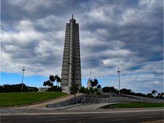 革命広場に着いた。独立の英雄、ホセ・マルティの名前を冠したホセ・マルティ記念博物館の塔がそびえている。良い景色だが曇り空なので下車するのは止めた。