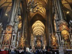 """シュテファン大聖堂  大聖堂内に一歩入ると、バロック様式の荘厳な内部に圧倒されます、、  中央祭壇へと続く身廊、、 高い天井、、 そして、その高い天井を支える大きな柱、、 柱を飾る聖人達の彫刻と18の祭壇、、  また、「シュテファン大聖堂」は、音楽家モーツァルトの結婚式と葬儀が行われた聖堂でもあります、、  """"柵""""より内部は有料 日本語のオーディオガイドを準備して身廊を進んで行きましょう、、  【 祭壇画 左より】 『聖セシリアの祭壇』『陽光のマリア』「中央祭壇」 『ヨゼフの祭壇』『聖ヤヌワリオの祭壇』"""