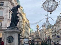 そして、、 グラーベン通り(Graben)を、、 てくてく、、  奥に見える彫刻像は「ペスト記念柱」、、 手前は「ヨーゼフ噴水(Josef brunnen)」