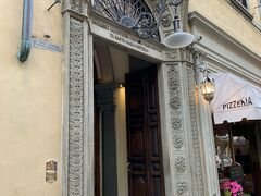 まず駅前の『サンタマリアノヴェッラ教会』へ行きましたが、入り口が混んでいたのでまた後でにします。  そしてその後、現存する世界最古の薬局『サンタマリアノヴェッラ薬局』へ行きました。 入口にドアマンがいてドアを開けてくださり、一瞬ビビる私達親子。