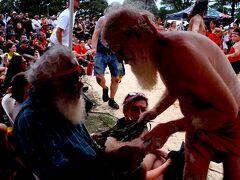 シドニーのビクトリアパークでは、毎年アボリジニによる白人支配への抗議が行われます。彼らはオーストラリアデイを侵略の日と呼んでいます。