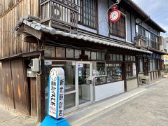 こちらの時計屋さんは創業が1858年で日本で一番ふるい時計屋さんです。 なぜこんな辺鄙な場所にと思いますが、遊女あそびに来るひとはお金を持っていたんですね。