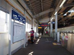 川内駅ホームと駅名標。