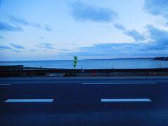 大谷海岸駅(バス停)で下車。見慣れた建物がなくなって、海が見える。
