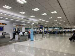 ユナイテッド航空のチェックインカウンターで紙のボーディングパスゲット 長蛇の列でしたが、プレミアアクセスは最初のチェックまでスルーで助かります。