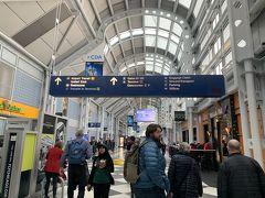 シカゴ空港に到着 この時点で成田行きのビジネスクラスへのアップグレードは空席待ちの状態