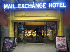 MAIL EXCHANGE HOTELの1階に夜中3時までオープンしているバー&カジノがあったので、到着後の1杯。