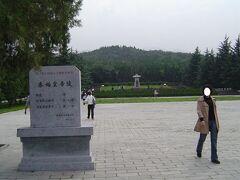 秦始皇帝陵.  高さは76m(当初は110mだったとのこと)で,日本の大古墳と比較して,それ程巨大とは感じなかった.地下宮殿があり,見えないが地下は広いのだと思う.頂上まで登れるのだが,疲労と時間で省略した.