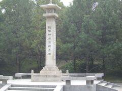 西安交通大学のすぐ北側には興慶宮公園があり,阿倍仲麻呂記念碑がある.  阿倍仲麻呂は717年,16歳時に遣唐使で長安に来て,科挙にも合格し,要職も歴任し玄宗皇帝に仕えた.日本帰国を許されたが,台風に見舞われ長安に戻らざるを得なかった.結局,770年69歳で逝去まで53年間中国で過ごした.遣唐使は船での海路が大変だったとの話はよくあるが,長安は内陸であり,陸路も大変だったと思う.  記念碑の左側には望郷の詩,右側面には友人だった李白の詩がある.中国人には興味がない人物であり,素通りの人ばかりである.私は近くのベンチに座り,30分ほど1300年昔に思いを巡らした.