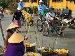 中国人の団体さんがリキシャーで通り過ぎていきます。