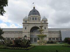 王立展示館(カールトン庭園内)まで歩いてみました。  この建物は壮観!