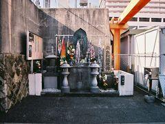大阪大空襲京橋駅爆撃被災者慰霊碑と供養塔。  大阪大空襲京橋駅爆撃被災者慰霊碑   太平洋戦争終戦前日の昭和二十年八月十四日、大阪は最後の大空襲を受けた。B29戦略爆撃機は特に大阪城内の大阪陸軍造兵廠に対し、集中攻撃を加えたが、その際、流れ弾の一トン爆弾が四発、京橋駅に落ちた。うち一発が多数の乗客が避難していた片町線ホームに高架上の城東線(現、環状線)を、突き抜けて落ち たため、まさに断末魔の叫びが飛び交う生き地獄そのものであったという。判明している被爆犠牲者は二百十名であるが、他に無縁仏となったみ霊は数え切れなく、五百名とも、六百名とも言われている。  当時、地獄のような惨状を目撃した大東市の森本栄一郎氏が、あまりの悲惨さに胸を痛め、その霊を弔おうと昭和二十二年八月十四日、自費で建立された慰霊碑である。  納経塔 戦後、被爆犠牲者を弔う法要が毎年八月慰霊碑の前で鴫野・妙見閣寺によって行われているが、三十七回忌を機に写経による供養をと、遺族及び、当時駅での体験者、大阪大空襲の体験を語る会々員他多数の市民からの基金、協力を得て建立した納経塔である。    昭和五十八年二月   国鉄京橋駅長
