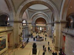 メトロポリタン美術館に到着しました。 今日は、中央入口ではなく、手前、81丁目の入口から入館しました。 どっちでも、同じと言えば同じなのですが、帰路、バス停までの距離が短いっていう、それだけの理由でした…  月曜日ということもあるのでしょう、まだまだ人影もまばらな館内です。