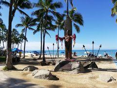 集合はハイアットリージェンシーに9:35。  集合まで少し時間あることから、ビーチに行ってカハナモク像の前で記念撮影。