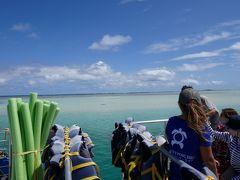 出港しておよそ15分でサンドバーに到着。 潮の満ち引きでサンゴが削られて集まった砂浜なんだそうです。  こんな説明も全部日本語でYUKIさんが説明してくれるので、とても分かりやすかったです。 (当たり前だけど海外だと英語の説明だから、イマイチ理解出来ないところもあるのよ…)  遠くに見えるネットはビーチバレーのもので、このあと妻と息子合わせて3人で参加します。