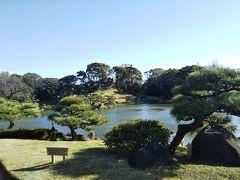 真ん中に大きな池があり、その周りを一周できるような形の庭園です。 入り口を入りしばらくすると、急に視界が開けます。