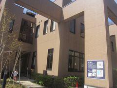 洗足池図書館 昨秋すぐそばに大田区立の勝海舟記念館がOPENしたそう(と、柱に宣伝) この日はコロナの影響で休館していたけど