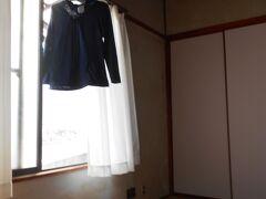 岡村港出発1時21分。宿玄関2時49分。 やりました。応援してくれていた呉の観光局Hさんに完歩報告ができる。 汗で濡れたコットンパーカーを干す。 私はとにかくシェスタ。すでにお布団は敷かれている。