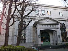 清澄庭園に隣接している「深川図書館」 明治42年に設立された図書館が移管や改築などを経て、現在に至っているようです。  調べると、建築的にも注目を集める建物のようですが、とりあえず素敵な建物の図書館なので、パチリ☆