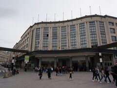 中央駅の外観。 晴れ予報でしたが、ブリュッセルは曇りでそこそこ寒いです。