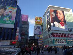 奈良の飛鳥駅を出発して、16時に大阪道頓堀の「戎橋」に到着。平日で、中国の武漢で新型コロナウイルスの感染が拡大しているにもかかわらず、中国系の観光客が結構いました。なおこの頃は(1/21)、マスクをしている人は10%程度でした。  とりあえず、なるべく地下街を利用せず、マスクをして、少しだけ名物看板を見ながら通天閣に移動です。