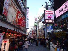道頓堀の入り口では、「かに道楽」の巨大な動くカニが迎えてくれます。1962年(昭和37年)に誕生したカニは3代目で、外国人にも大人気です。さらに道頓堀商店街にはまだ2匹カニが動いていました。  気になるのは、札幌ススキノのカニとどちらが先にできたのかということです。
