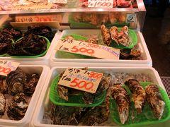 つきました! 三浦市の一番はじっこにある うらりマルシェ http://www.umigyo.co.jp/  コロナに負けず頑張ってますが、 連休なのに人が少ないです 生牡蠣が1個300円 3個500円?!  この価格合ってる?とお姉さんに聞くと そう!3個だと500円 詳細は聞かないで~って。 1階にあるプリプリの生がき 主人も食べすぎガールも苦手なので 母断念。  あー食べたかったな。
