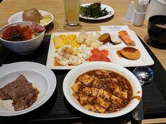 7:00 朝食会場に行きました。このホテルに入っているレストランの四川麻婆豆腐も朝食に出ます。一番左奥の丸ごとジャガイモのじゃがバタは他のホテルではなかなか無いメニューです。