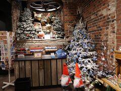 近くのクリスマスショップを覗いてみました。 やっぱり可愛いな~ 家で、こんな大きなツリーを飾ってみたいです。