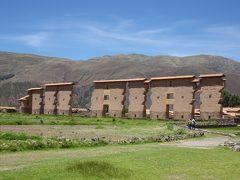 何もない野原に突如現れる壁。 ここはインカ時代の最高神の1つ、文明の創造者ウィラコチャ(Wiracocha)を祀ってつくられた神殿だったそうです。  ちょっと絵面は地味ですが、ここ近年で観光地として有名になってきているとのこと。