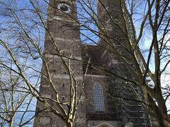 えーっと。聖母教会だったかな。 塔に登れるかと思ったら、工事中でした。 中には無料で入れます。  写真は。。。木が邪魔ですね。