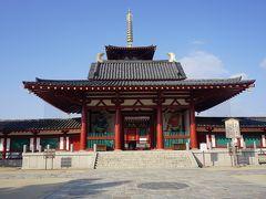 ●四天王寺  境内の外に出て、中門から北を眺めています。 とってもシンプルなお寺の印象を受けます。 日本史を習い始める子供さんが訪れると、わかりやすいし、インパクトがあるような気がします。 おすすめします。