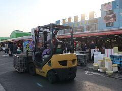 16:15 那珂湊(なかみなと)おさかな市場  茨城県ひたちなか市にある観光魚市場。 こんな時間だけれど、お客さんがいっぱいで魚市場ならではの活気ある雰囲気♪