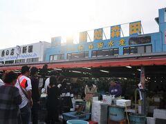 行列ができていたのは生牡蠣。 食べたい! 2個で500円。 さっそく夫が並んだ。