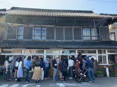 """須崎食料品店 https://suzaki-udon.sun-age.or.jp/  実は… 朝ごはんを食べないでやって来たkuritchi達、、 折角『うどん県 香川』を訪れるので、朝ごはんとちょっと遅めの昼ご飯を『讃岐うどん』にしようと思っていたkuritchi達、、 1箇寺目のお参りの後に""""遅めの朝ごはん(讃岐うどん)""""をいただく計画だったのですが、到着してみると、この長蛇の列、、 """"ちょっと遅めの朝ごはん""""""""の予定が、、""""昼ご飯""""になっちゃいそうです、、(汗)  因みに営業時間は朝9:00~11:30AM 麺が無くなり次第終了、、"""