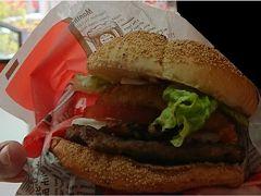 沖縄のハンバーガーは美味しいと聞き、ここでランチ。実際美味しかったです。