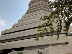 ワット・パークナムに到着です。 バンコクでアユタヤ巡りや5カ所の 寺院巡りをしましたが、どうしても ここに来たくてやってきました。  バンコクナビより抜粋 このお寺はアユタヤ王朝の時代、 日本では足利尊氏による室町幕府の時代に 建立された歴史と由緒ある寺院で、 19世紀に現王朝のラマ3世、4世、5世と 3代の王が寺院の改築や周囲の運河と 水門などの建設に携わって来ました。 寺院の周囲には当時の運河が今も残されており、 ワット=寺院、パク=口、ナム=河と 名称にある通りの寺院です。
