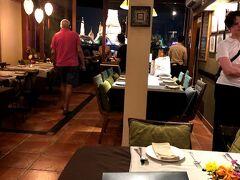 お誕生日のディナーをワットアルンの ライトアップを見ながら頂きます。  テラス席を事前に予約しておきました♪ 「Bitter Deck」というお店です。 サラ・ラタナコーシンというホテルの中の レストランです。