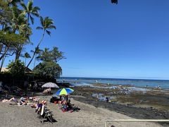 ハワイ島4日目  昨日ガイドさんに教えてもらった、シュノーケルポイント。カハルウビーチ。 とっても遠浅でサンゴも熱帯魚もたくさん! あ~~水中を写せる準備してくれば良かったよ😭 海亀さんにも遭遇してまたまた感動! シュノーケルなら、ここはおすすめ。 3月上旬でお日様が陰ると少し肌寒く感じたけど、お天気も良くとっても楽しめました! こちらでも、赤ちゃん連れのフランスからのファミリーが話しかけてくれて、楽しかった。 赤ちゃんが可愛すぎる~