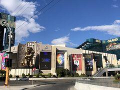 MGMホテル脇のショーなどの看板。 勿論すべてキャンセルです。