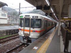 寒い寒い待合室で耐え忍んでいたら、発車8分前に富士ゆき普通電車が到着。身延で少し停まるようです。ラッキー。乗りこんじゃいましょう。