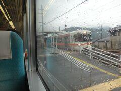 13時10分、十島(とおしま)。  ここでも下り、甲府ゆき普通電車と交換。身延線はもと民鉄線の名残りか島式ホーム&構内踏切の駅が多い。