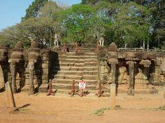 象のテラスは車窓から眺めながら。  このあとタプロム寺院に向かいますが、 長くなったので、次の旅行記に書くことにします。