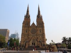 正面に回ってみると、二つの塔をもつセント・メアリーズ大聖堂というカトリックの教会でした。